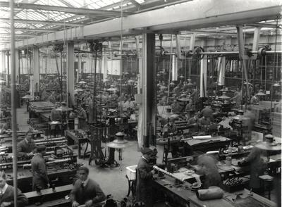 Barr & Stroud's fitting shop, 1913