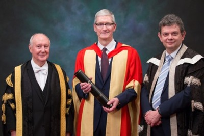 Tim Cook (middle) recieving his honorary degree